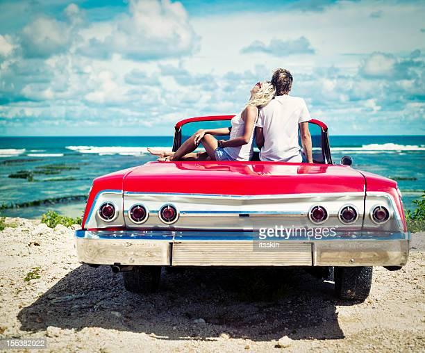 Paar auf den Felsen sitzen im Auto