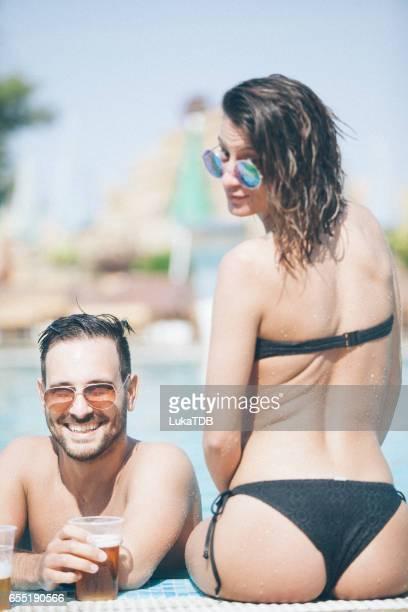 Couple sur le bord de la piscine