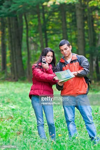 Coppia sul viaggio da hiking a prato e foresta (EV