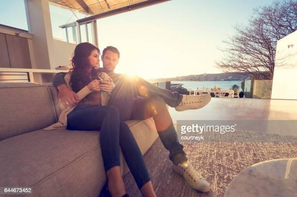 Paar auf dem Sofa bei Sonnenaufgang.