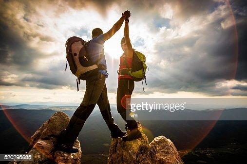 カップルの上に手を振る盛り上がった山