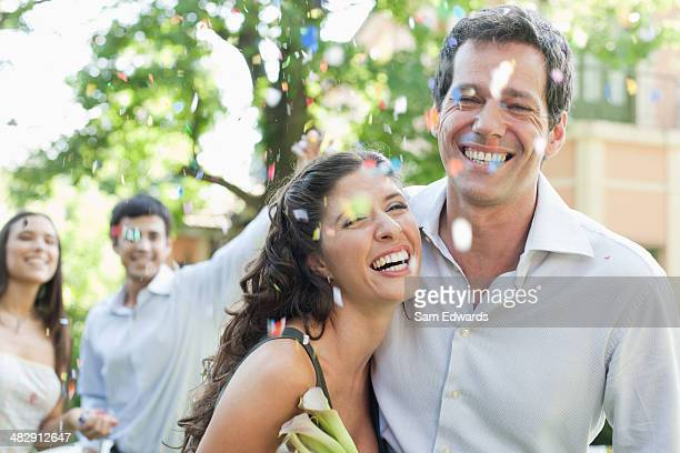Paar im Freien in party tragen Blumen und hat
