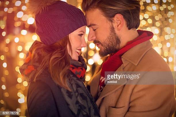 Un Couple à l'extérieur en hiver ville.