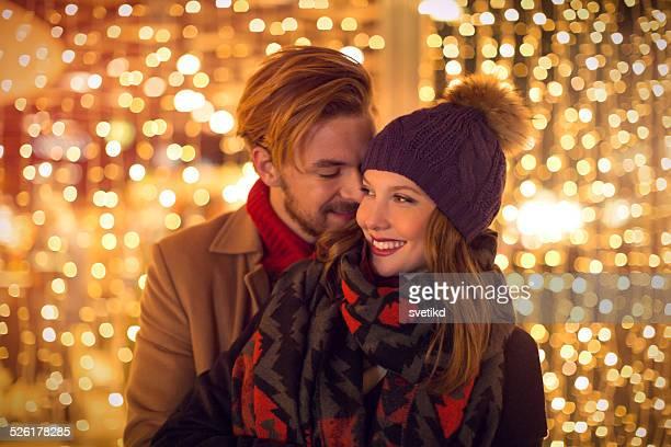 Casal ao ar livre no Inverno cidade.
