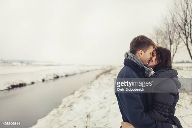 Paar im Freien im winter