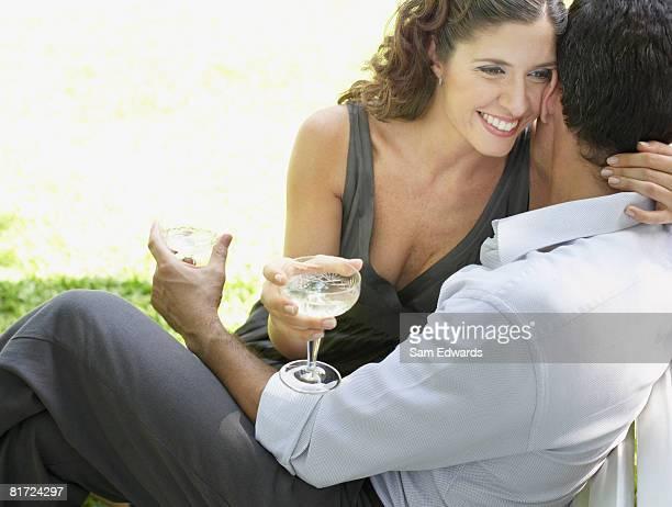 Paar im Freien mit Weißwein umarmen und Lächeln