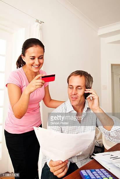 Couple de payer la facture avec la carte de crédit