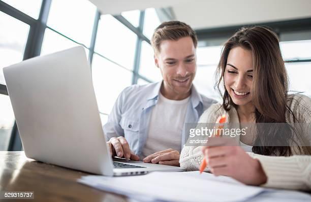 Paar Rechnungen online bezahlen
