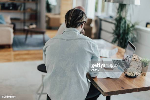 Paar betalen hun facturen online