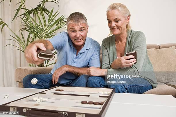 Paar spielt backgammon