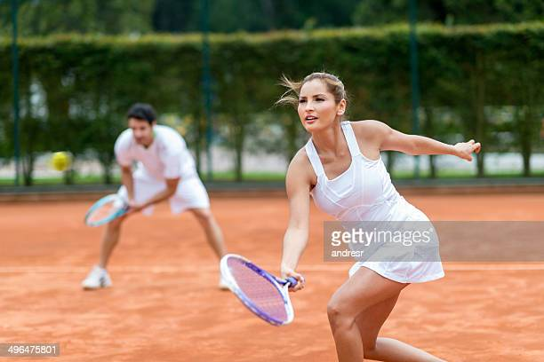 Couple jouant au tennis