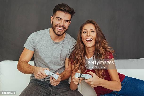 Couple jouant des jeux vidéo