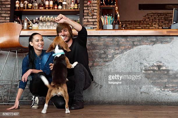 Paar Spielen mit Hund