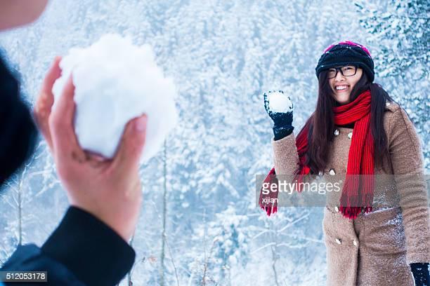 Couple jouant avec de la neige