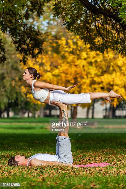 Pratiquant acro yoga en Couple