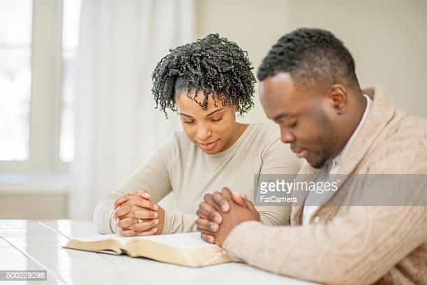 Couple prier ensemble