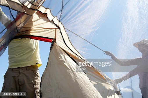 Couple putting up tent : ストックフォト