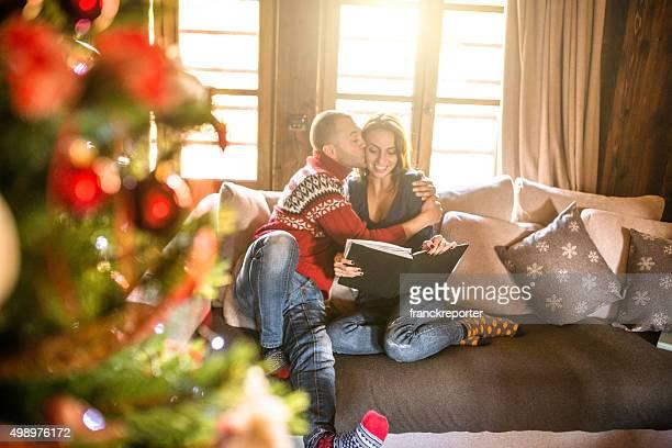 couple en lisant un livre sur la salle de séjour de Noël