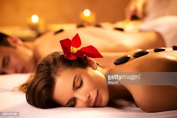 Paar empfangen hot stone-Therapie im spa.
