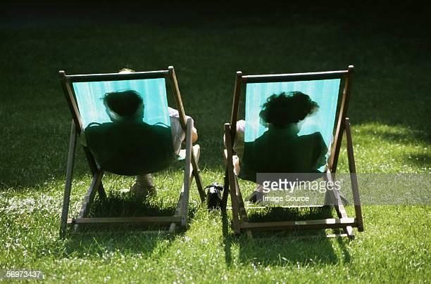 Couple dans les chaises longues inclinables
