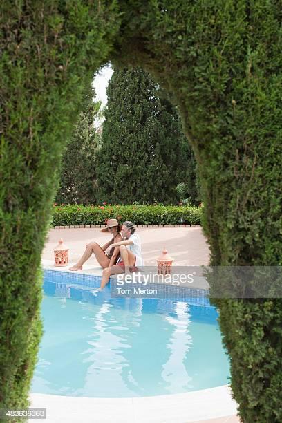Paar Entspannung am pool