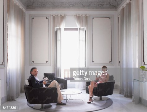 Couple relaxing in modern hotel suite : Stock-Foto