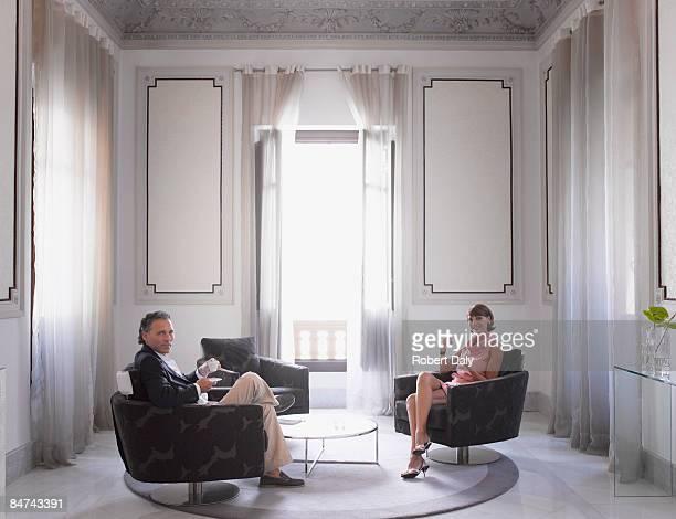 Casal relaxante no moderno suite de hotel