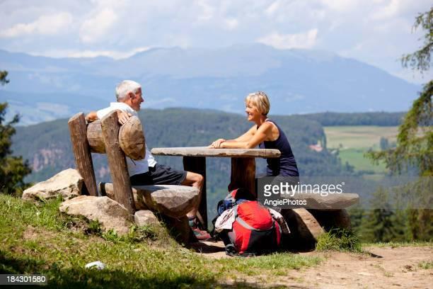Paar entspannenden in den Bergen