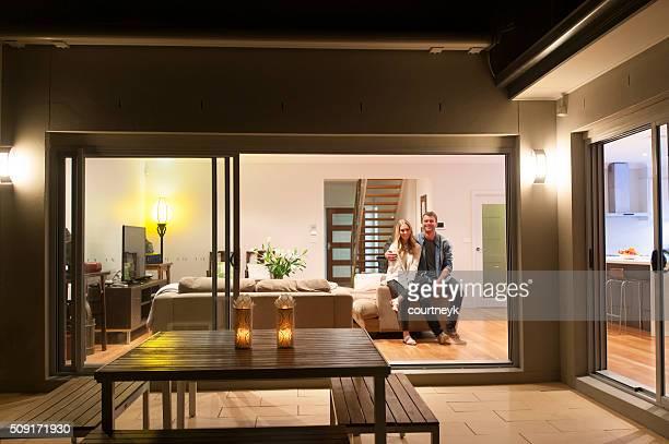 Couple de détente dans leur maison de nuit.