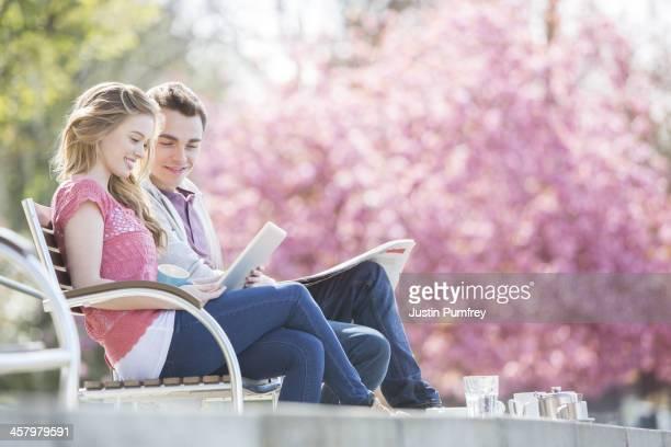 カップルが一緒にリラックスした公園のベンチ