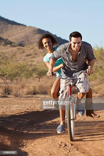 Couple équitation vélos sur le chemin de terre