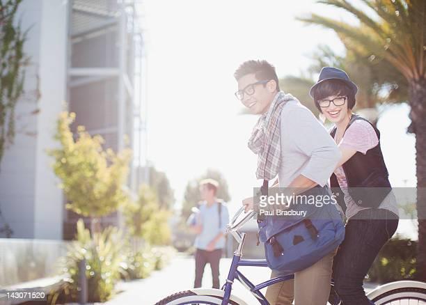 Coppia biciclette equitazione insieme