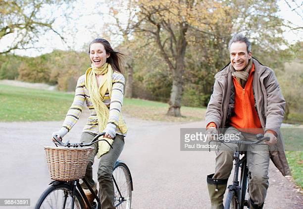 Couple équitation vélos dans un parc