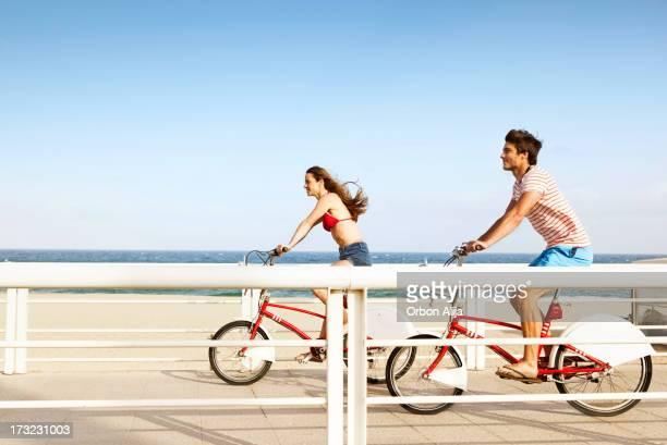 Paar Reiten Fahrrad am Strand boardwalk