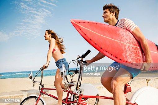カップルビーチのボードウォークを自転車