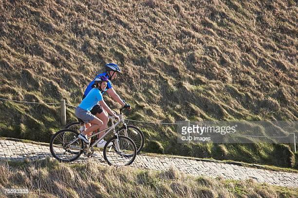 Coppia biciclette equitazione all'aperto