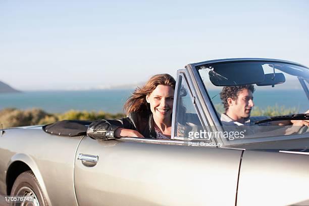 カップル一緒に車に乗っている