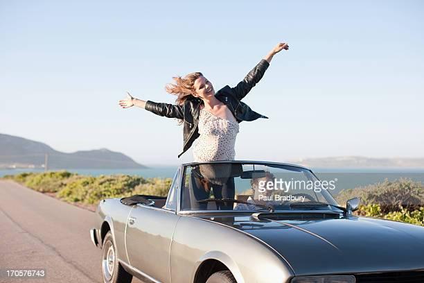 Pareja montando en automóvil juntos
