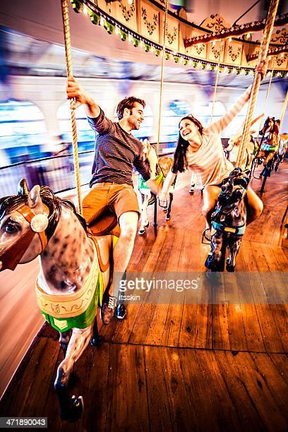 Paar Reiten merry-go-round in LA