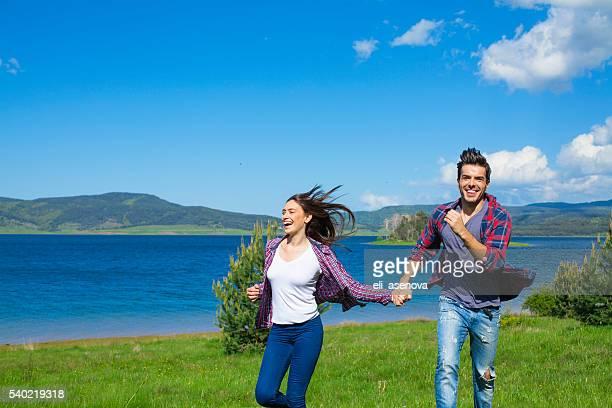 Coppia che corre in campo e divertitevi