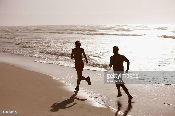 Paar Laufen am Strand