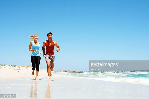 Couple jogging sur la plage