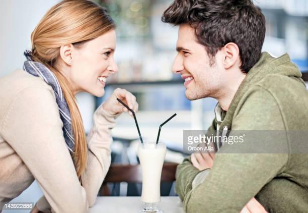 Casal partilha de batido