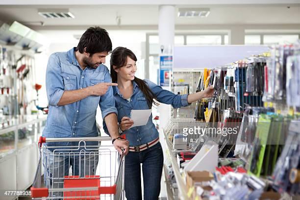 Coppia Fai da te in negozio shopping