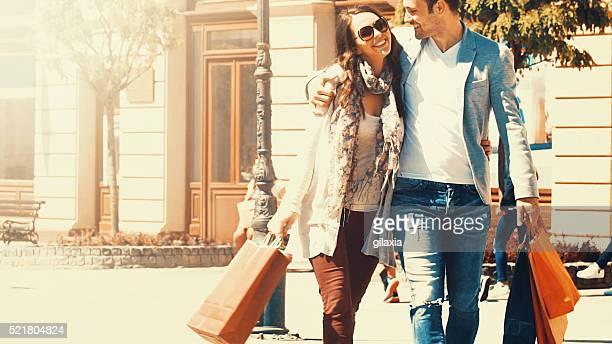 Shopping en Couple sur la belle journée d'été.