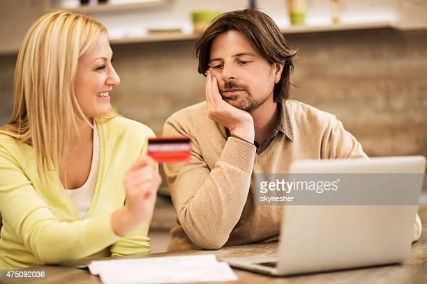 Paar Einkaufen online mit Kreditkarte zu Hause fühlen.