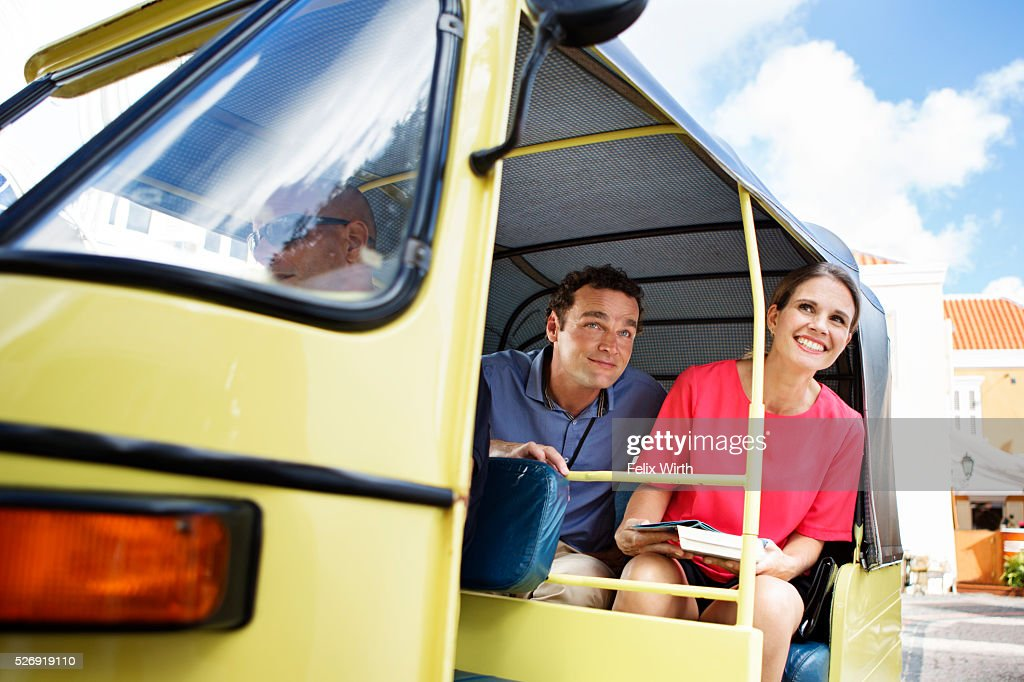Couple sightseeing from tuk tuk : Stock-Foto