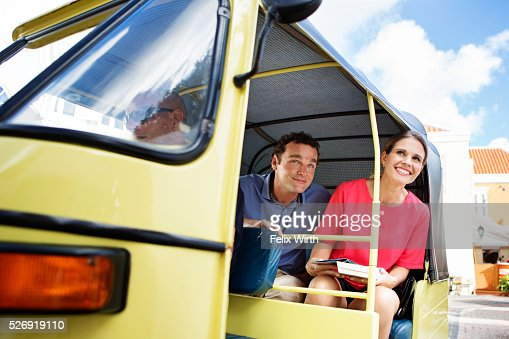 Couple sightseeing from tuk tuk : Stockfoto