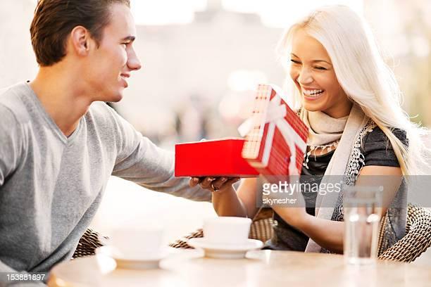 Couple assis dans un café sur la Saint-Valentin.