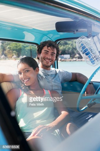 Couple sitting in car on beach : Stock-Foto